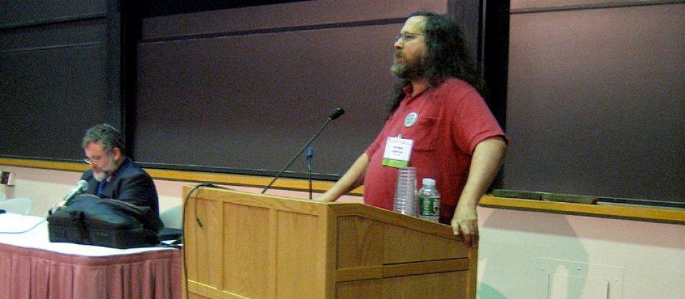 第一份GNU GPLv3草案是由Richard Stallman在在美國麻州劍橋的麻省理工學院發起的。