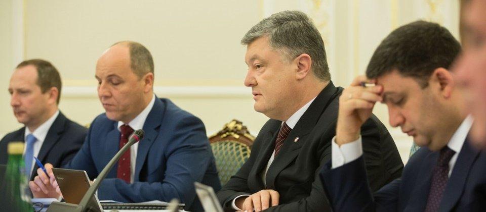 烏克蘭總統Petro Poroshenko(圖左三)週四主動對外透露了,烏克蘭遭遇了來自俄羅斯的大量網路攻擊