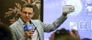 英特爾2018 FPGA技術大會9月4日在臺舉行,英特爾可程式化解決方案事業群亞太區總經理暨業務總監Ro Chawla發表主題演講,並向臺灣媒體展示他們主攻企業應用市場的可程式化加速卡Programmable Acceleration Card,並且宣布Dell EMC與富士通旗下的部分伺服器機型已經能搭配這套產品使用